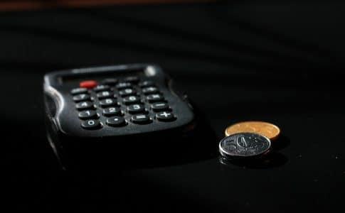 Une calculette et des pièces de monnaie